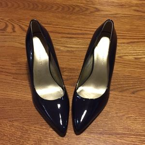 Ann Taylor heels. NAVY with gold heels. Size 6