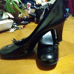 Nine west patten leather pump with cutesy bow acce