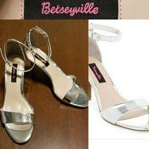 Betseyville Raz Metallic Heels NWOB 9