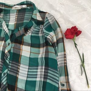 Lovely plaid green button down 🌼