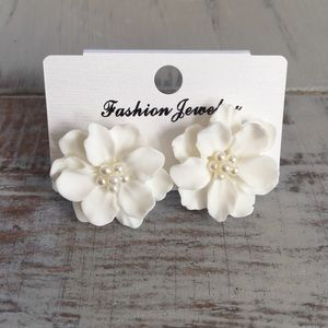 🆕 White Flower Earrings with Faux Pearls