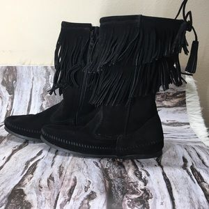 NWOT Minnetonka suede fringe detail moccasin boots