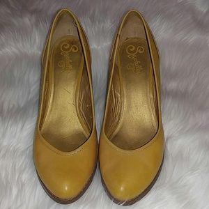 Yellow leather Seychelles heels 8