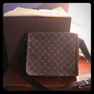 Louis Vuitton District MM messenger bag
