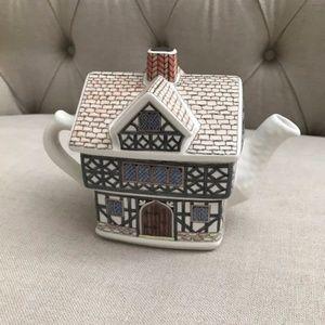 NOWT English Country Houses Tudor House Teapot