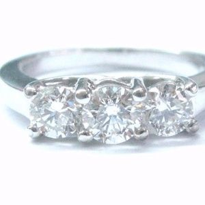 Fine Round Cut Diamond 3-Stone Engagement White Go