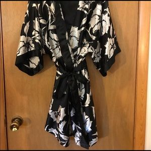 Other - Short sleeve floral kimono robe with pockets