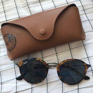 Blue tortoise spec round ray ban sunglasses