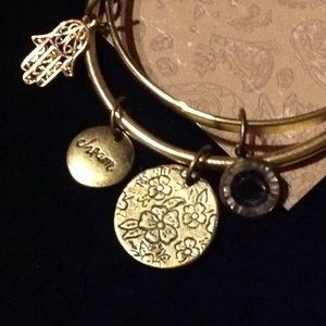 American Rag charm bracelet, gold and brand new