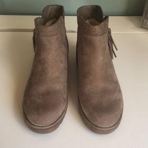 0e9d905cff3 UGG W Cindy Fringe Wedge Heel Studded Ankle Boot