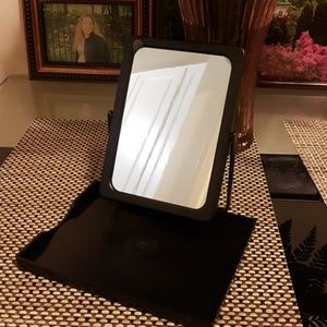 Folding mirror with tray in a mesh bag