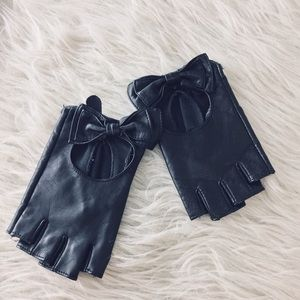 Fingerless black leather- look gloves with bow