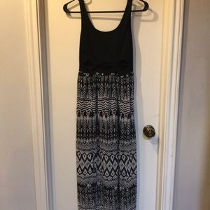 Flowy and open black and white maxi dress
