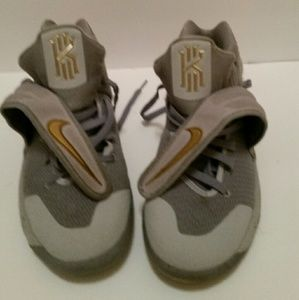 Boys Nike Kyrie 2 Irving Basketball Shoes - sz 7