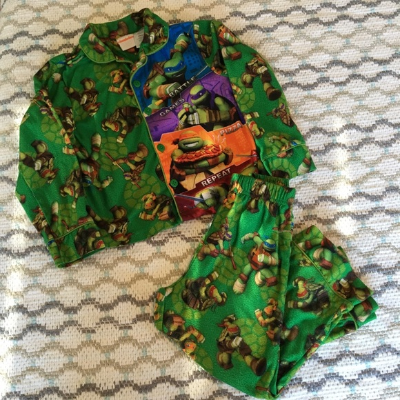 048440b674 Boys button down fleece pajamas. Size 4 5. M 5a199e4fc284567a2e01017d
