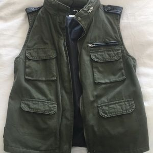 Urban Outfitters - BDG - military vest w. hoodie S