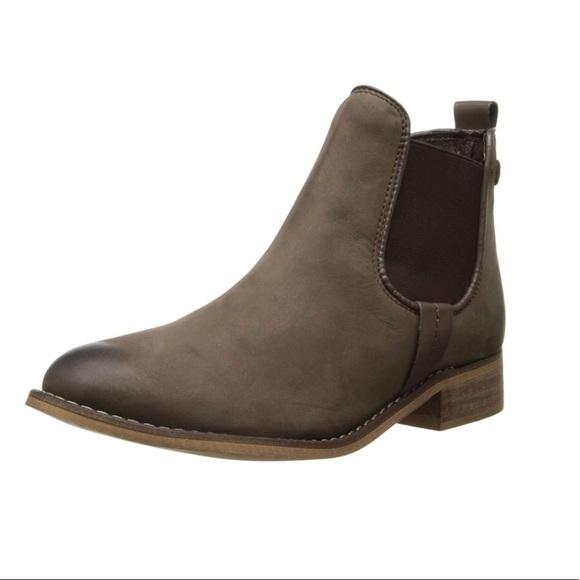 abb692a1c9c Steve Madden Gilte Chelsea Boots. M 5a19e0d77f0a05cbf8028f61