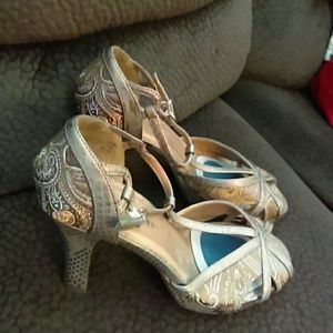 Stunningly Gorgeous Gold Design Shoes