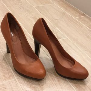 7.5 M Brown leather Halogen pumps NWT.