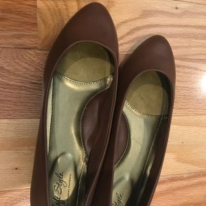 Soft style by Hushpuppies brown flats 8 1/2 wide