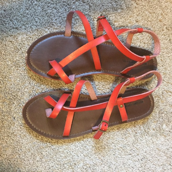 49c8b7b5e2df4 Adorable red Mossimo sandals. M 5a1b5f2d99086af90708ffa9
