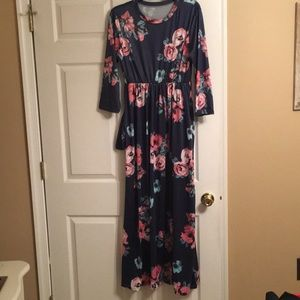 Dresses & Skirts - Maxi Floral Dress w/ 3/4 Length Sleeves