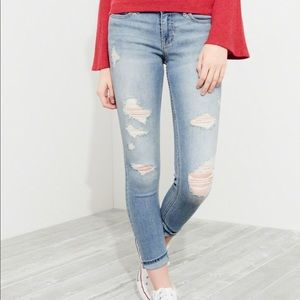 👖BNWT- HOLLISTER CROPPED DISTRESSED JEANS 👖