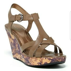 Tahari//Sarah wedge in Olive size 9.5