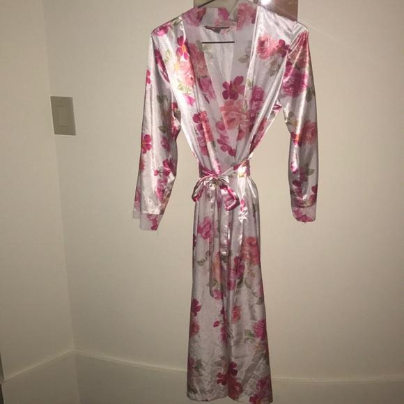 70ab2409a4 Morgan Taylor Floral Satin Robe. M 5a1be555f739bcaf120b61cc