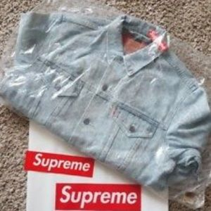 timeless design 7e6d0 0ee02 Supreme Jackets   Coats - Supreme Levis trucker jacket Size M