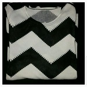 Sweaters - 🆑*Black & White Chevron Sweater*🆑