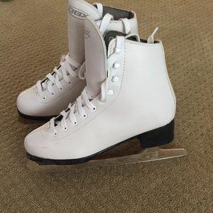 Shoes - Women's Ice Skates size 6