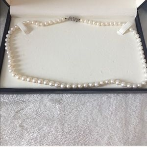 NWT pearl necklace authentic