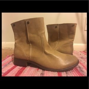 NWOT Roxy Tan Ankle Boots