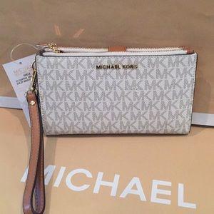 724d3a6d8a858 Michael Kors Bags - 🌹🌟Michael Kors Adele Vanilla double zipper❤ 🌹