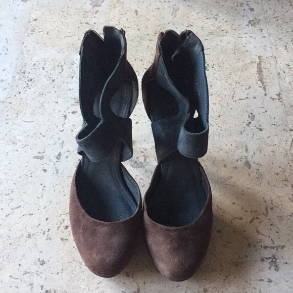 2398b3b9390 Seven for all mankind brown and navy heels