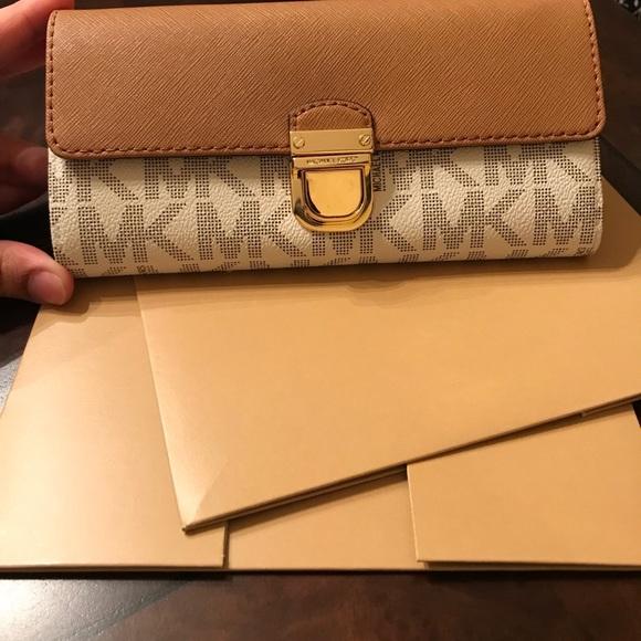 2d3c7e744f7c Michael Kors Bridgette Vanilla Flap wallet NWT