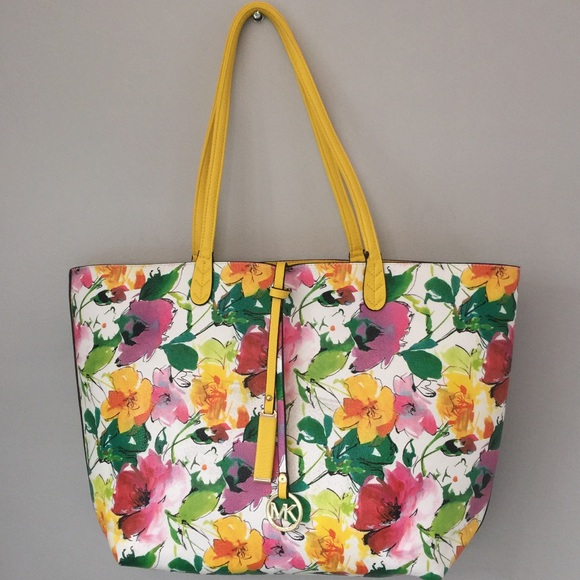 bb3565303704 Micheal Kors Reversible Floral Tote. M 5a23158513302a8df8045c43