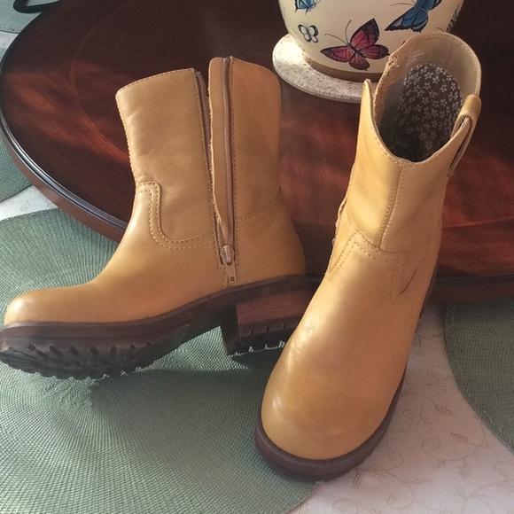 c89d7bf425d Steve Madden women s mustard colored boots. M 5a2330be8f0fc4471e04ca16