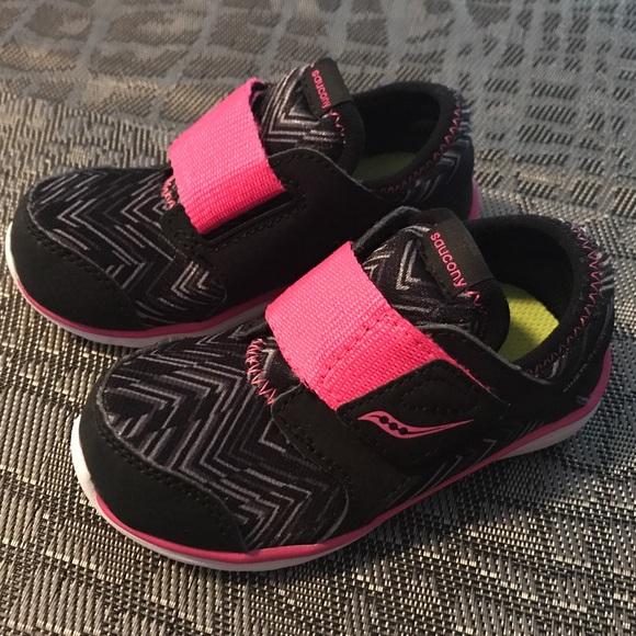 0576a6b831 Saucony Little Girls Kineta Relay Sneakers Sz 7