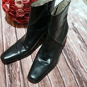 BCBGMAXAZRIA black leather boot