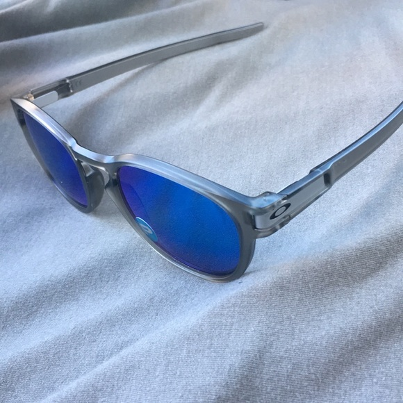 9746b0cb36 Grey Oakley latch polarized sunglasses