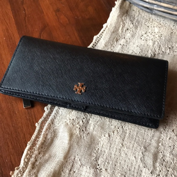 77009c5576f40 Tory Burch Robinson slim wallet NWOT. M 5a26c642ea3f36a7f901e4a8