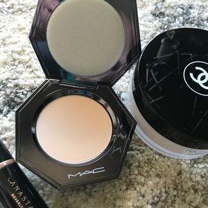 MAC Sheer Mystery Powder Light/Med WITH REFILL