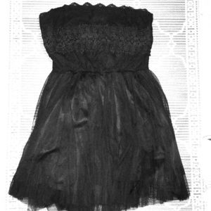 Strapless black minidress with tulle. lace