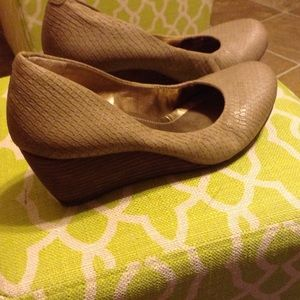 Great condition bcbg wedge shoes