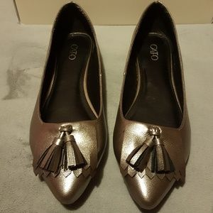 Metallic silver pointy Flats
