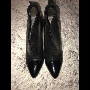 💙💙 Via Spiga Blk Booties Size 9
