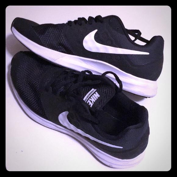 Nike boys Downshift Ter7 tennis shoes