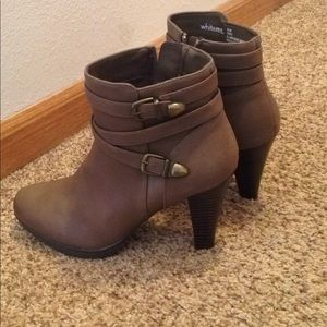 Lady's 8 1/2 ankle boots